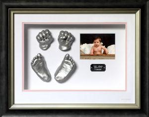 avgjutning i gips av en bebis händer och fötter